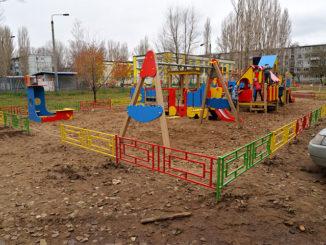 ograzhdenie-dlya-detskoy-ploshchadki-iz-metalla